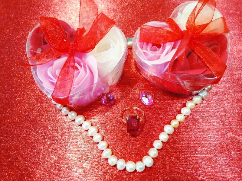 Rode achtergrond met rozen en juwelen royalty-vrije stock afbeelding