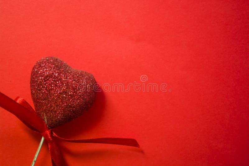 Rode achtergrond St de Dag van de valentijnskaart ` s Rode harten in lovertjes en met bogen Liefde romanticism De plaats voor een royalty-vrije stock afbeelding