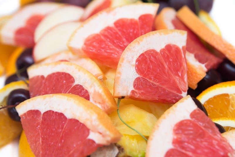 Rode achtergrond van grapefruitplakken vers stock foto