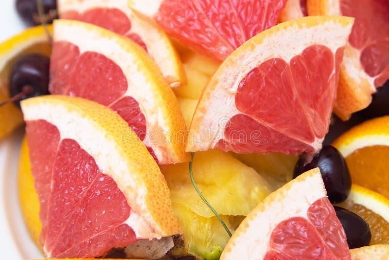 Rode achtergrond van grapefruitplakken vers royalty-vrije stock fotografie