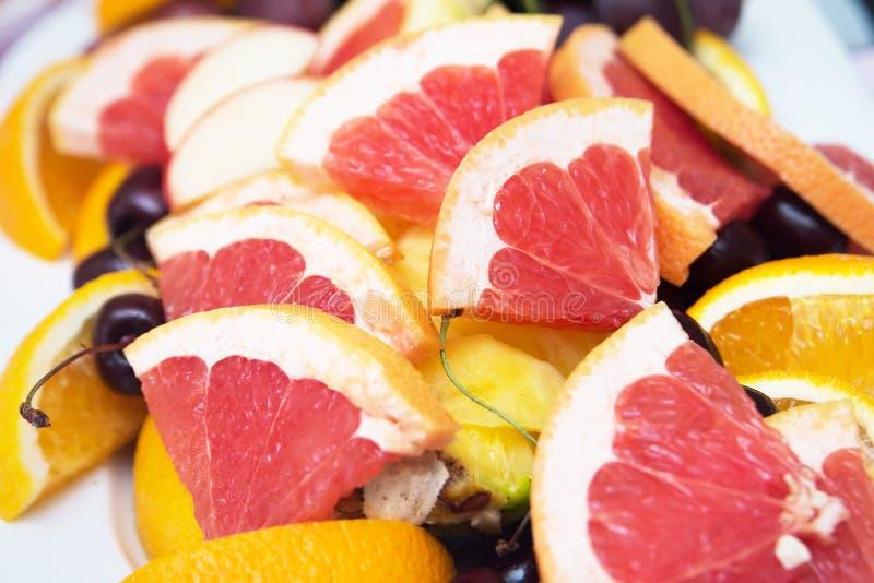 Rode achtergrond van grapefruitplakken vers stock afbeeldingen