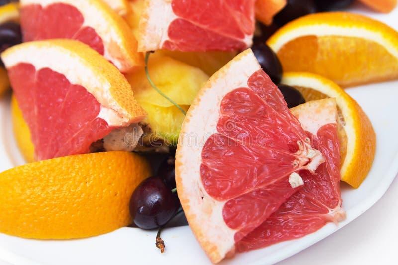 Rode achtergrond van grapefruitplakken vers stock afbeelding