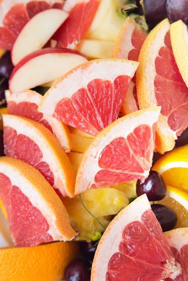 Rode achtergrond van grapefruitplakken vers royalty-vrije stock afbeelding