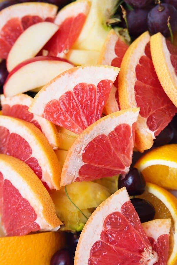 Rode achtergrond van grapefruitplakken vers royalty-vrije stock foto