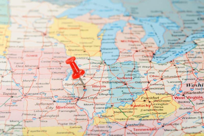 Rode administratieve naald op een kaart van de V.S., Illinois en hoofdspringfield Sluit omhoog kaart van Illinois met rode kopspi stock afbeeldingen