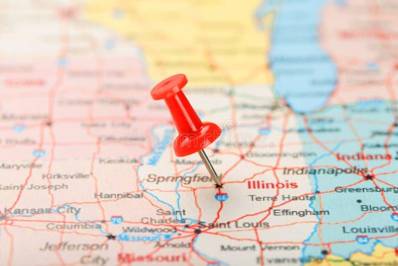 Rode administratieve naald op een kaart van de V.S., Illinois en hoofdspringfield Sluit omhoog kaart van Illinois met rode kopspi stock afbeelding