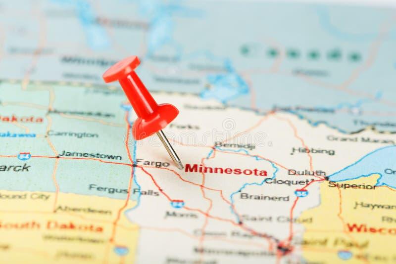 Rode administratieve naald op een kaart van de V.S., Minnesota en hoofdsaint paul Sluit omhoog kaart van Minnesota met rode kopsp royalty-vrije stock foto