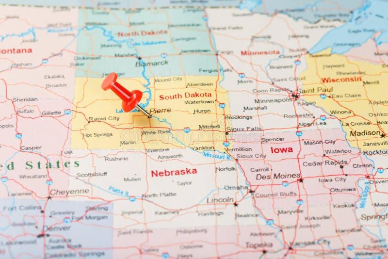 Rode administratieve naald op een kaart van de V.S., Zuid-Dakota en hoofdpierre Sluit omhoog kaart van Zuid-Dakota met rode kopsp stock fotografie