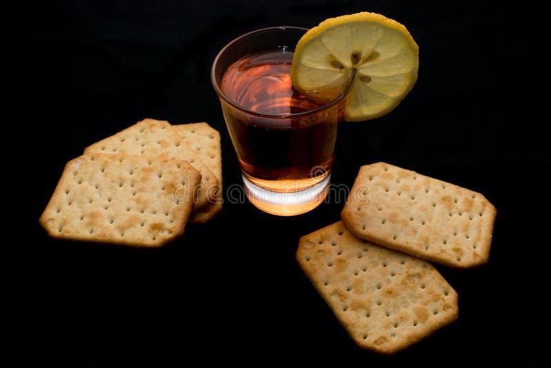 Rode aperitiefdrank met citroenplak en zoute crackers royalty-vrije stock afbeeldingen
