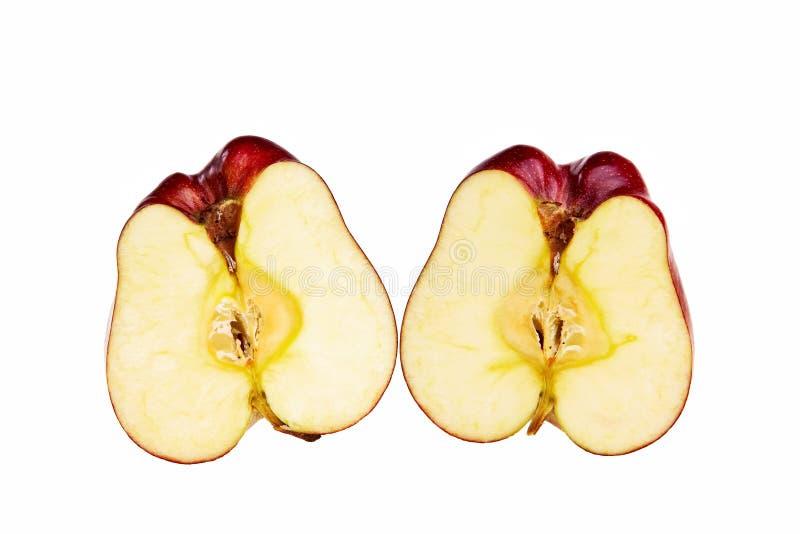 Rode appel die in twee halfs wordt gesneden. stock foto