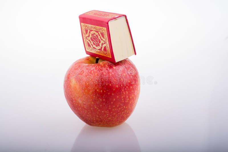 Rode appel en Islamitisch Heilig Boek Quran royalty-vrije stock afbeeldingen
