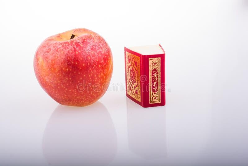 Rode appel en Islamitisch Heilig Boek Quran royalty-vrije stock foto