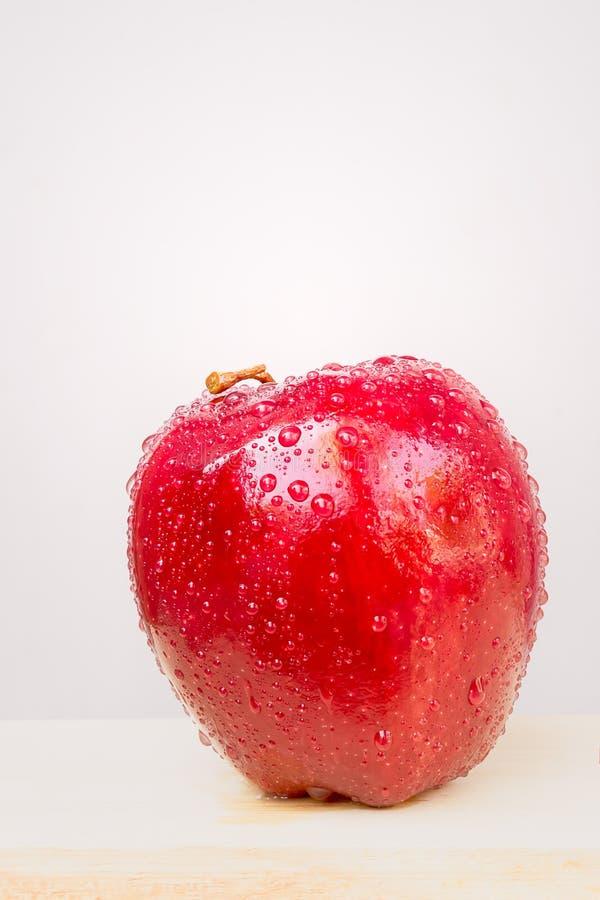 Rode appel met dalingen stock foto