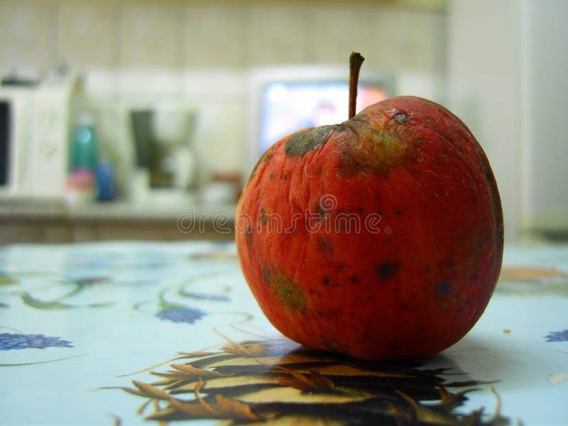 Rode appel op de keuken royalty-vrije stock foto's