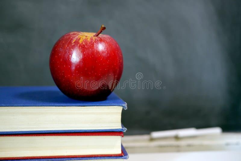 Rode appel op schoolhandboek royalty-vrije stock foto's