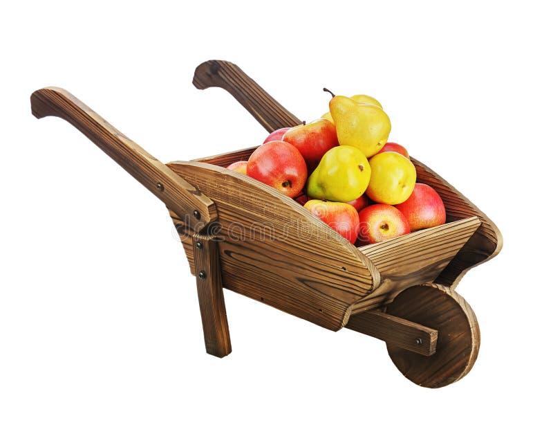 Rode appelen en peren op houten handkar die op witte backgr wordt geïsoleerd stock fotografie