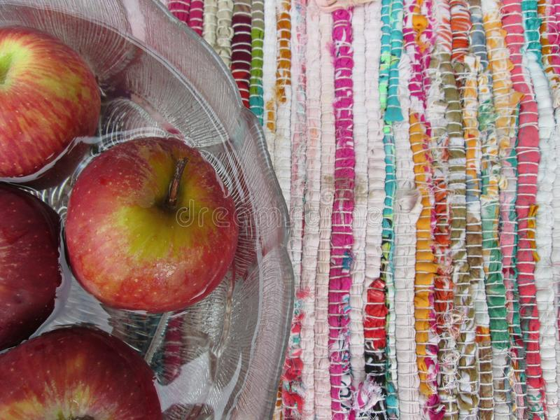 Rode Appelen in Kom Water stock afbeeldingen