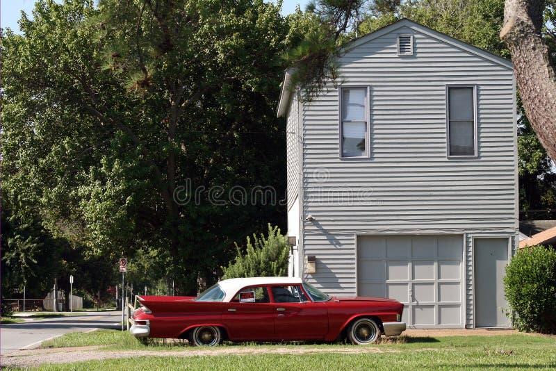 Rode auto voor verkoop stock afbeelding