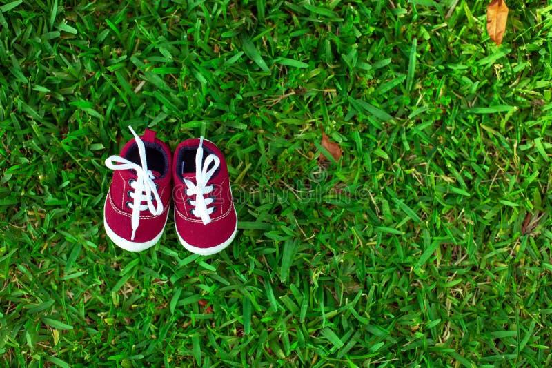Rode babyschoenen royalty-vrije stock afbeeldingen