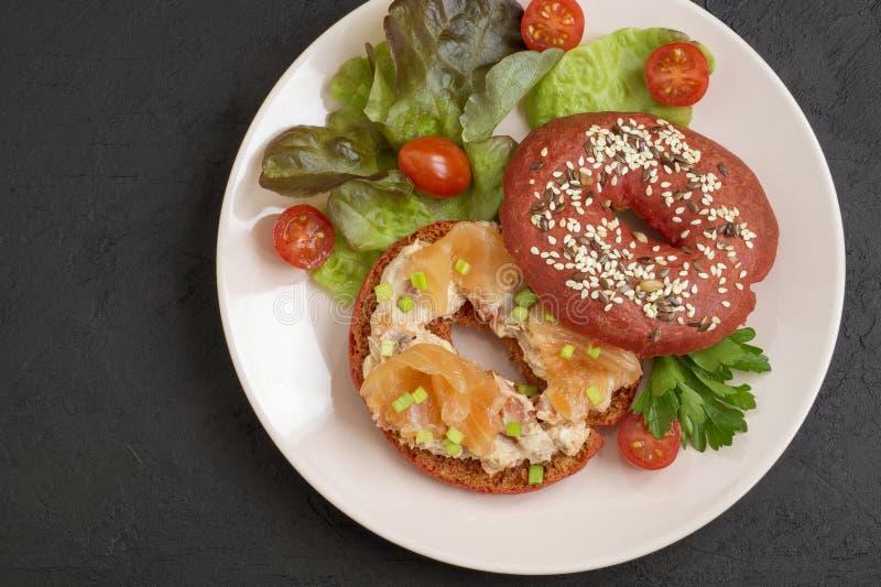 rode bagel met zalmpaat royalty-vrije stock foto