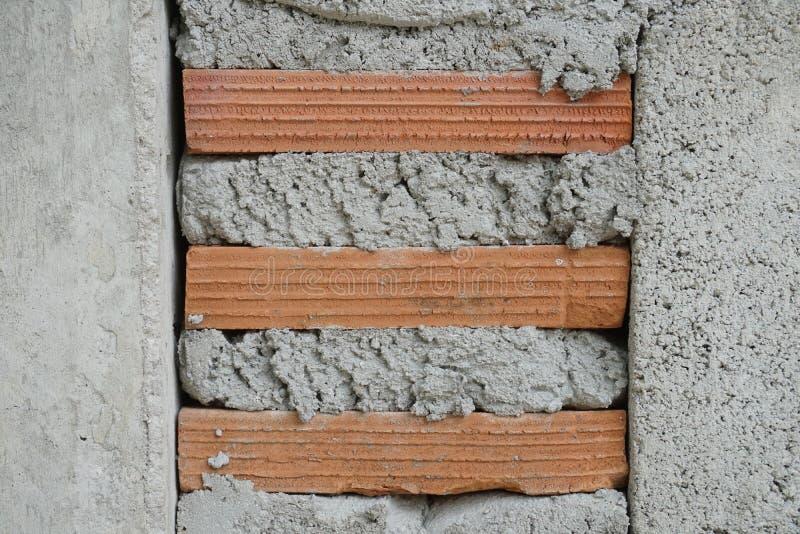 Rode baksteen en cementmuur stock foto's