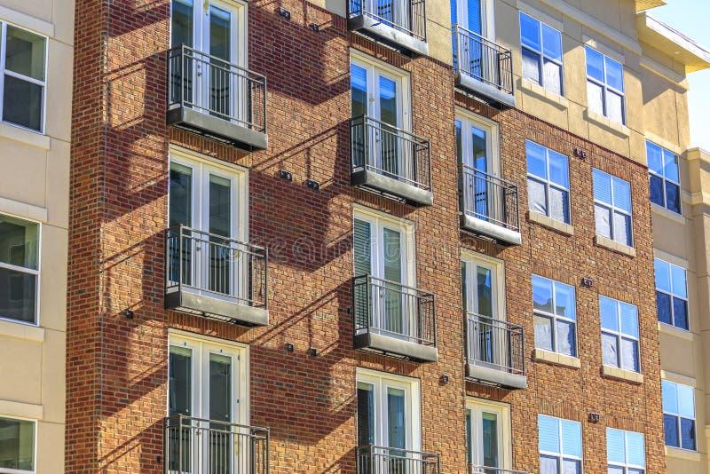 Rode baksteen en vensters van een nieuwe bouw stock afbeelding