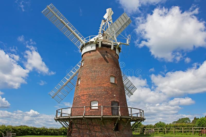 Rode baksteen traditionele windmolen, Essex, Engeland royalty-vrije stock fotografie
