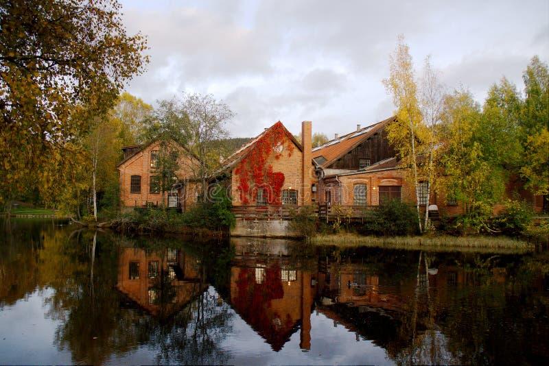 rode baksteengebouwen door Akerselva rivier in Oslo, Noorwegen stock foto