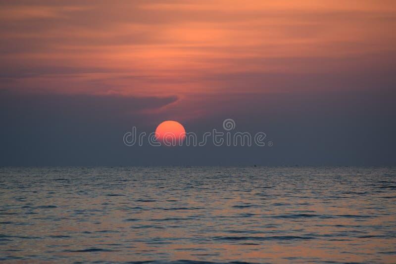 Rode bal in de horizon stock foto's