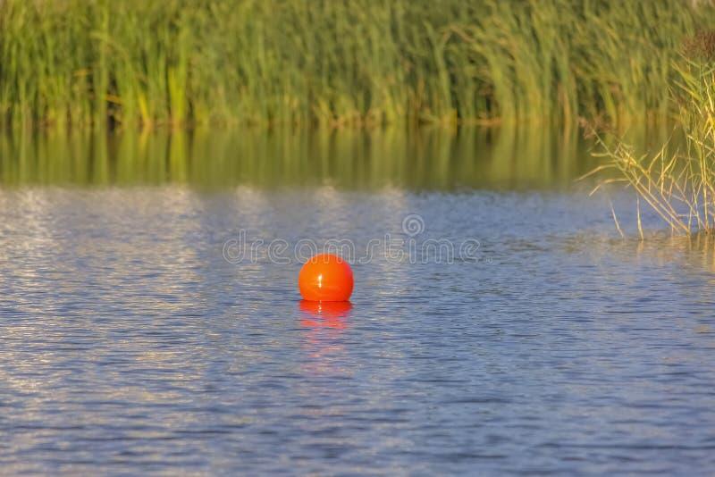 Rode bal tegen dikke grassen in Oquirrh-Meer royalty-vrije stock afbeeldingen