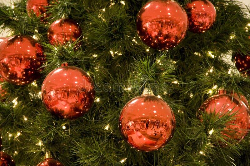 Rode ballen op kerstboom stock afbeelding afbeelding for Arbol de navidad con bolas rojas