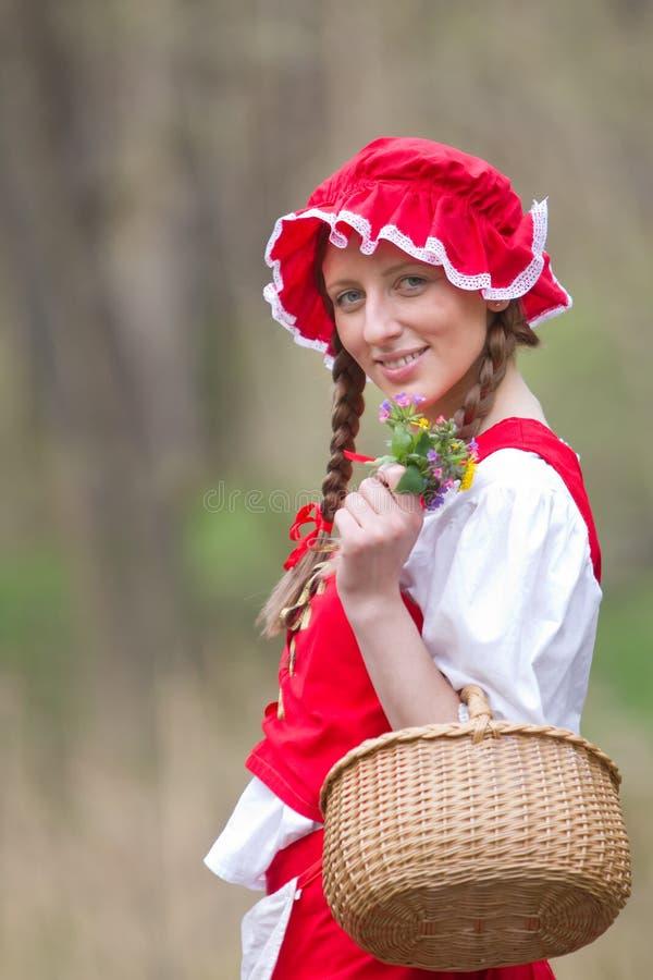 Rode Berijdende Kap in het hout royalty-vrije stock afbeelding
