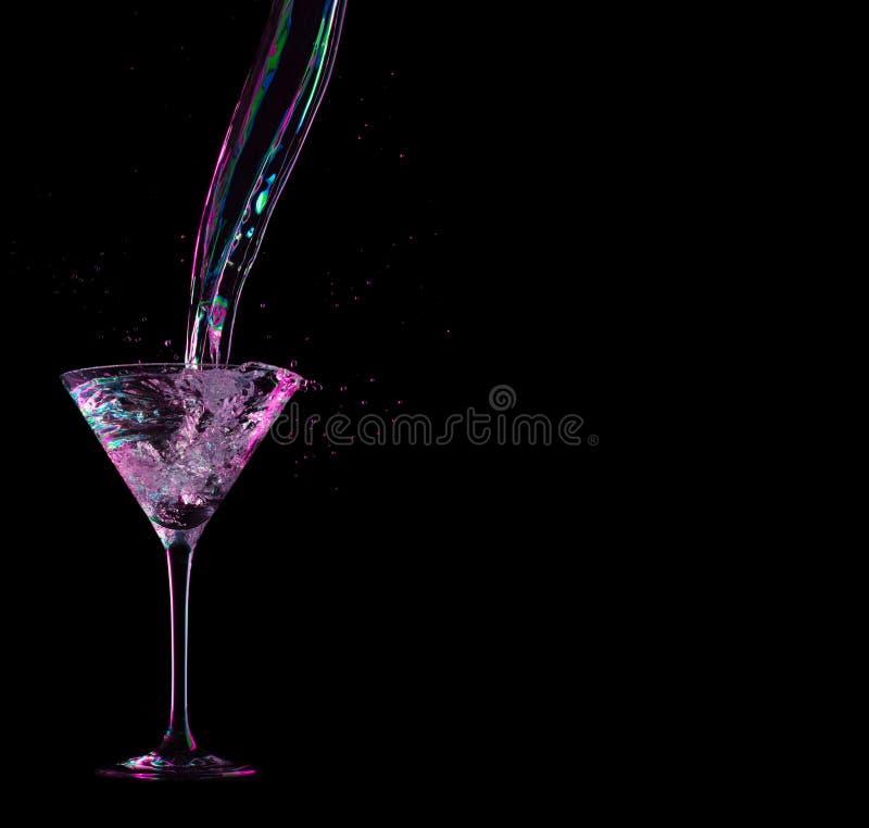 Rode bespattende cocktail op zwarte royalty-vrije stock afbeeldingen