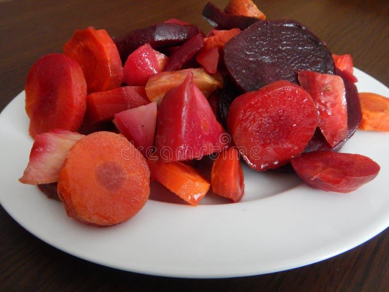 Rode biet en plantaardige salade stock afbeeldingen