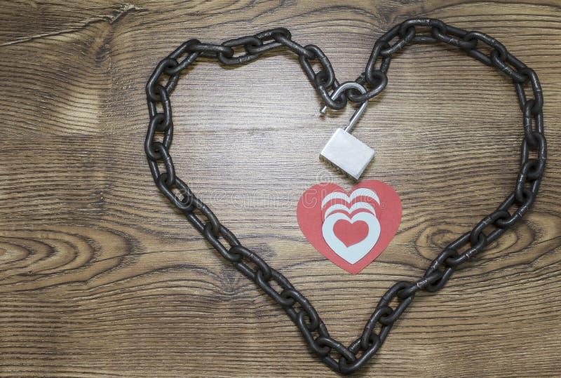Rode, blauwe hartkaarten binnen het geketende hart stock fotografie