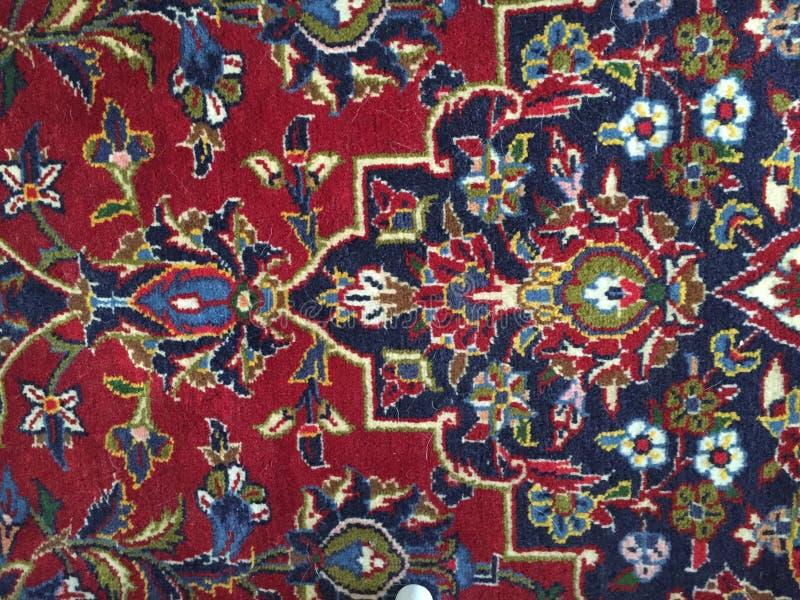 Rode blauwe Perzische deken op de vloer met diverse vormen stock foto's