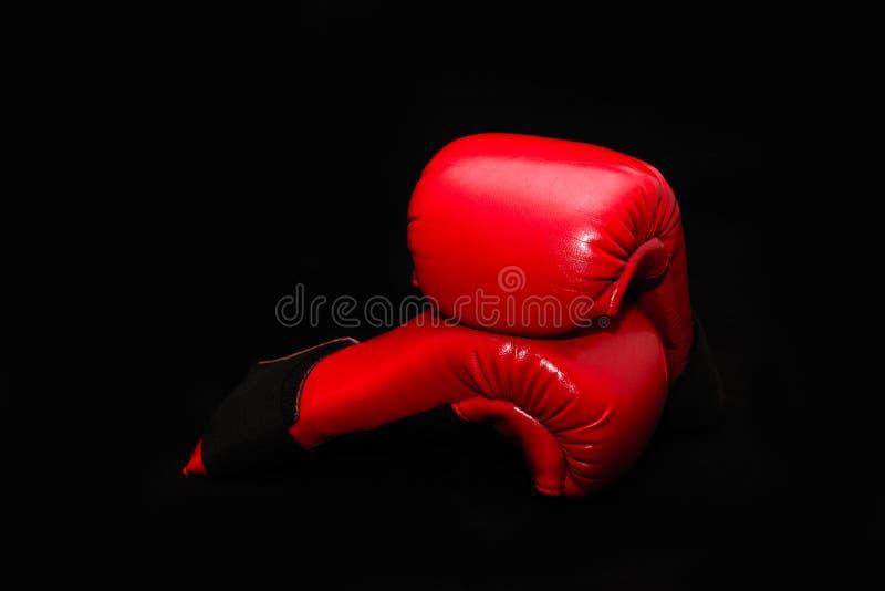 Rode bokshandschoenen op een zwarte achtergrond royalty-vrije stock afbeelding
