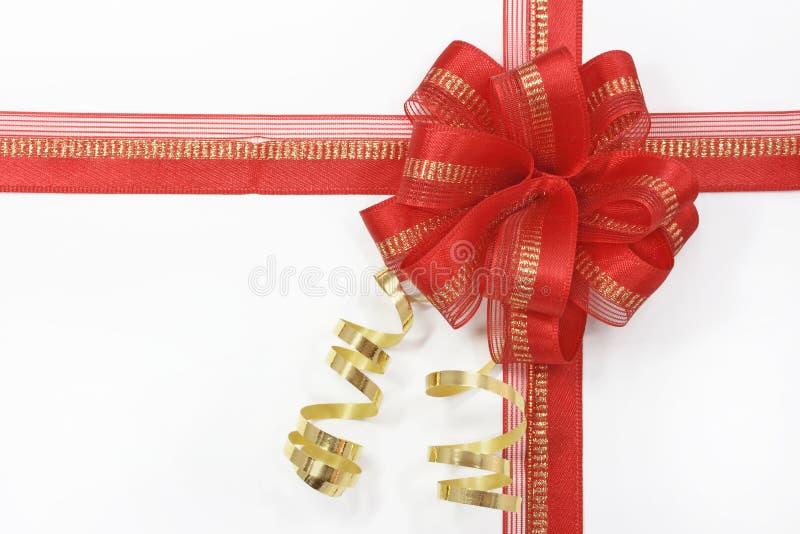 Rode boog met een gouden lint royalty-vrije stock afbeelding