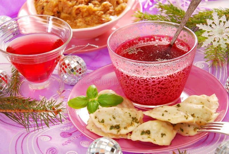 Rode borscht en ravioli (pierogi) voor Kerstmis royalty-vrije stock fotografie