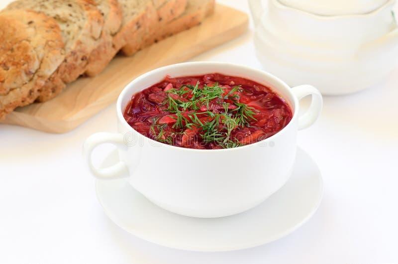 Rode borscht met dille stock afbeelding