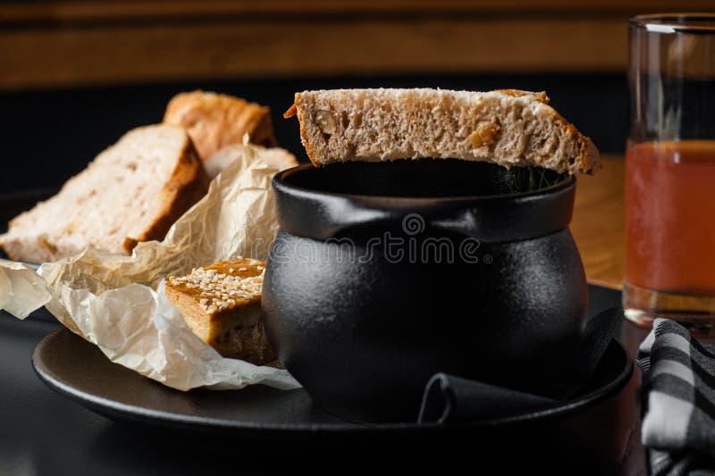 Rode borsjt Restaurant dienende borsjt voedselfoto op zwarte achtergrond stock foto