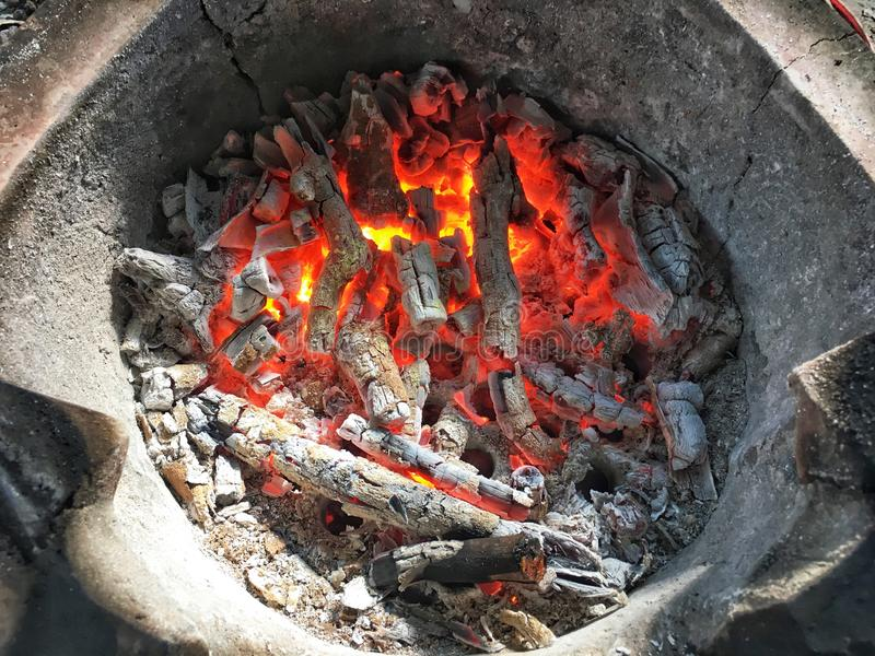 Rode brand en sintel in gebakken kleioven Gebrande die houtskool van droge boom wordt gemaakt royalty-vrije stock fotografie