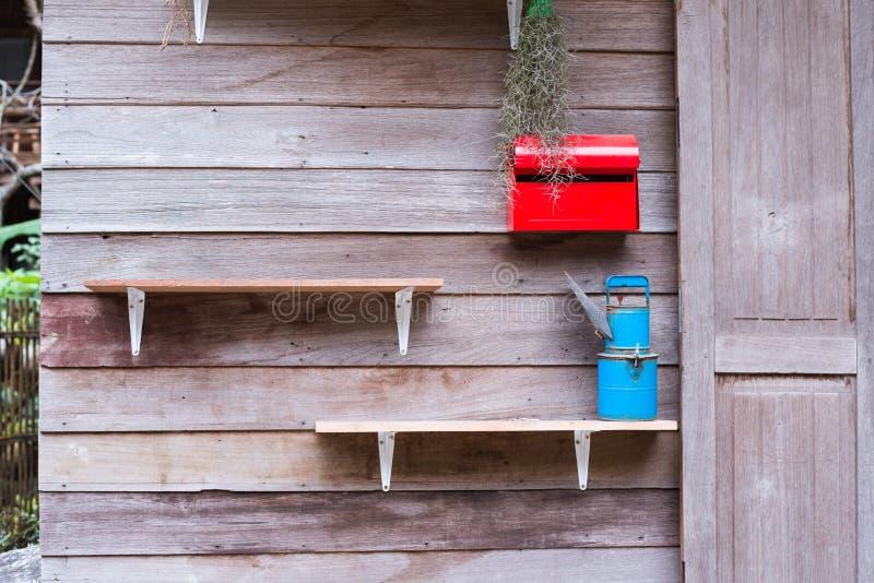 Rode brievenbus en houten plank royalty-vrije stock foto