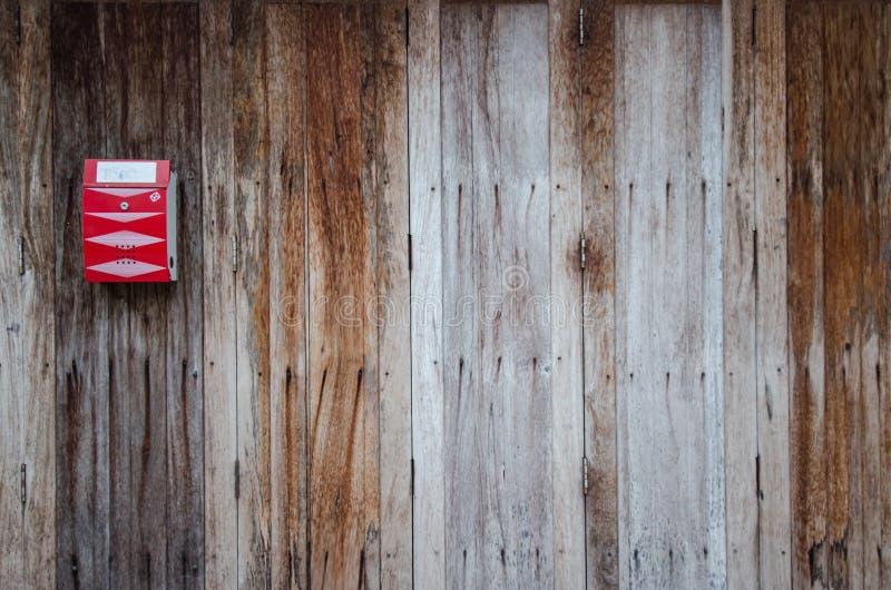 Rode brievenbus op de houten deur royalty-vrije stock afbeeldingen