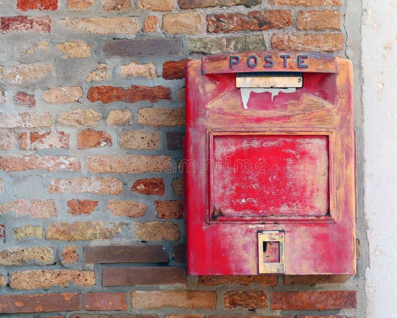 Rode brievenbus waar te om brieven en prentbriefkaaren te posten royalty-vrije stock foto