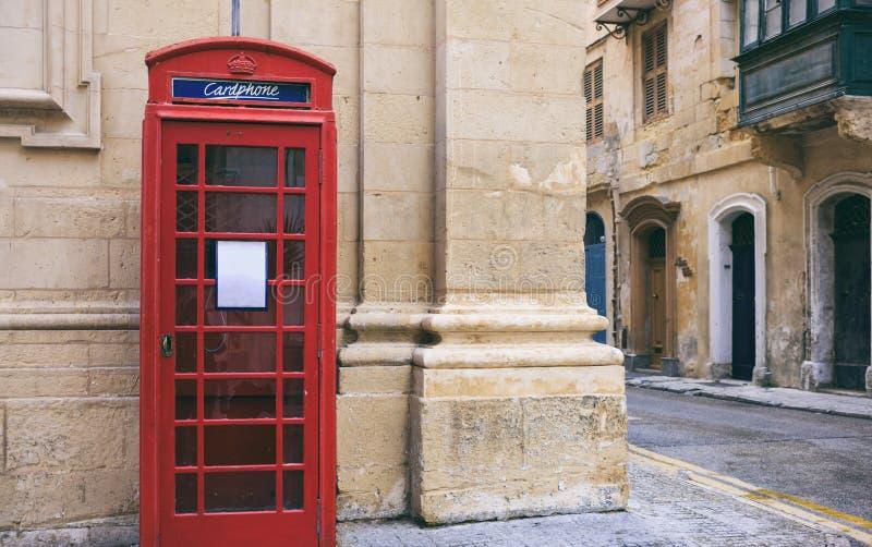Rode Britse uitstekende telefooncel in Valletta, Malta stock afbeelding