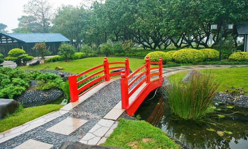 Rode brug in tuin royalty-vrije stock afbeeldingen