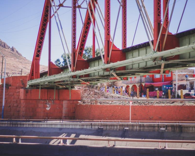 Rode Brug voor treinsporen royalty-vrije stock fotografie