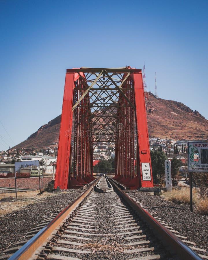 Rode Brug voor treinsporen stock foto's