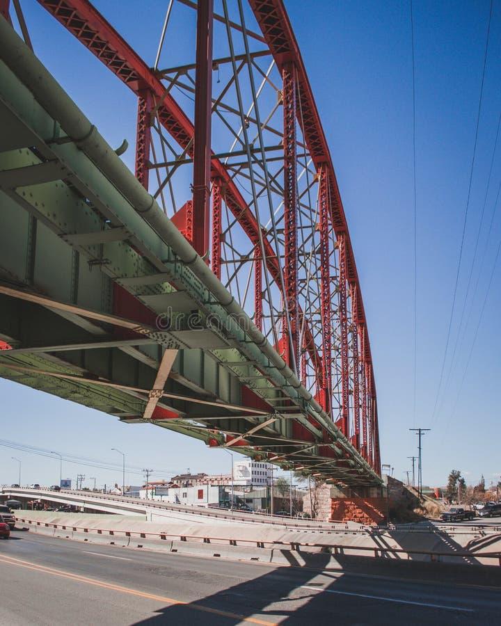 Rode Brug voor treinsporen stock afbeeldingen